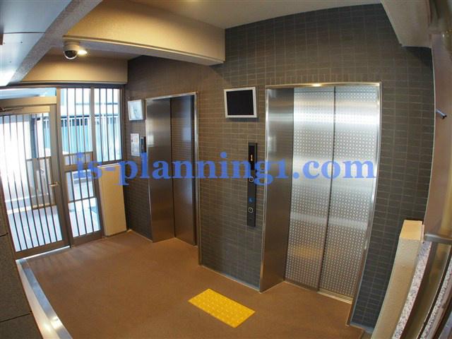 防犯カメラ・モニター付きのエレベーターホール