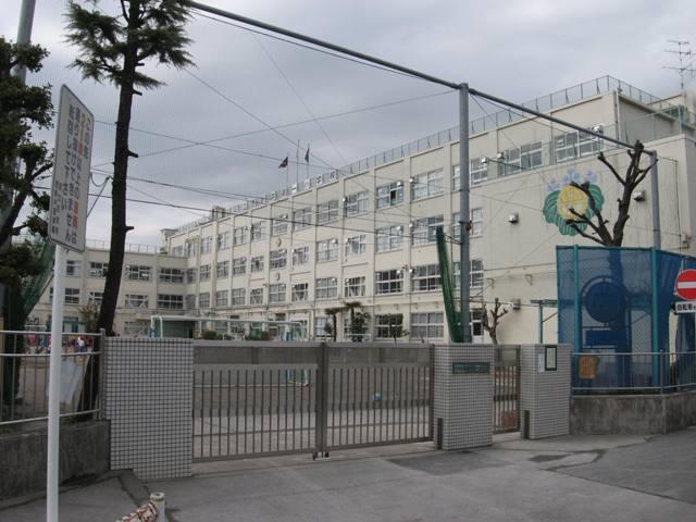 小学校:足立区立 西新井第一小学校 370m