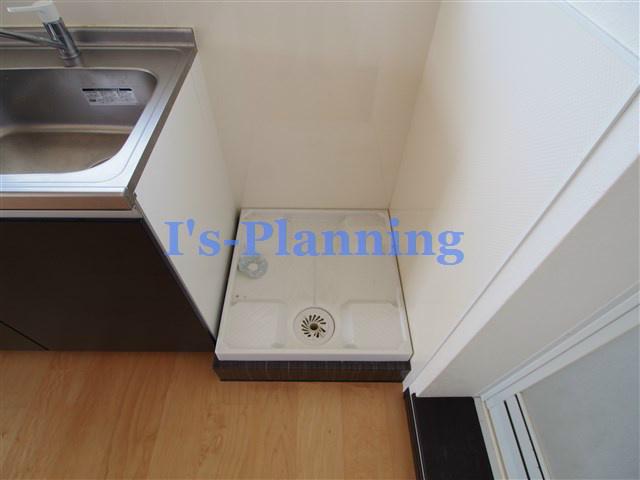 システムキッチン横の洗濯機置場