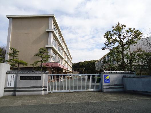 中学校:浜松市立中部中学校 780m
