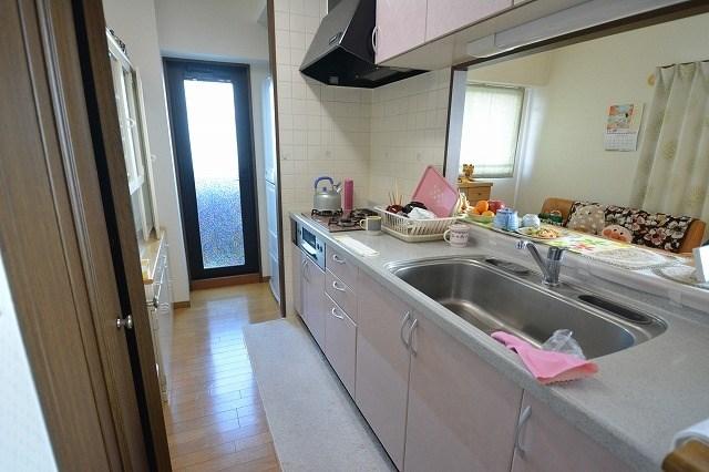 キッチンはかわいらしいピンク色。勝手口があり、バルコニーへ出ることが出来ます。