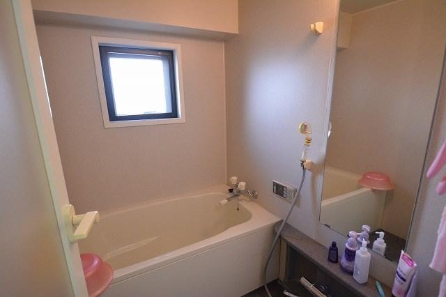 浴室は窓付きです。追い焚き機能付きの浴室です。