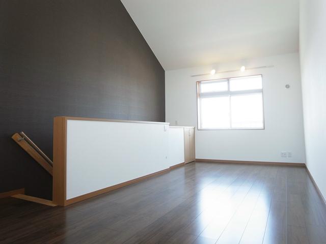 天井の高い洋室です。非常に広く気持ちの良い空間。