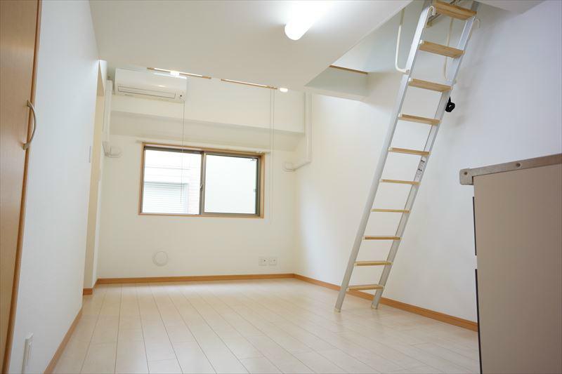 白を貴重とした明るい室内