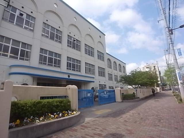 小学校:神戸市立本山第二小学校 741m