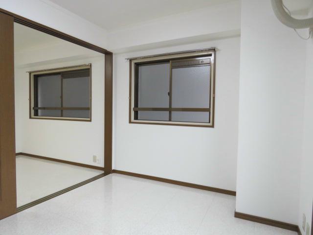 窓の多いお部屋です。