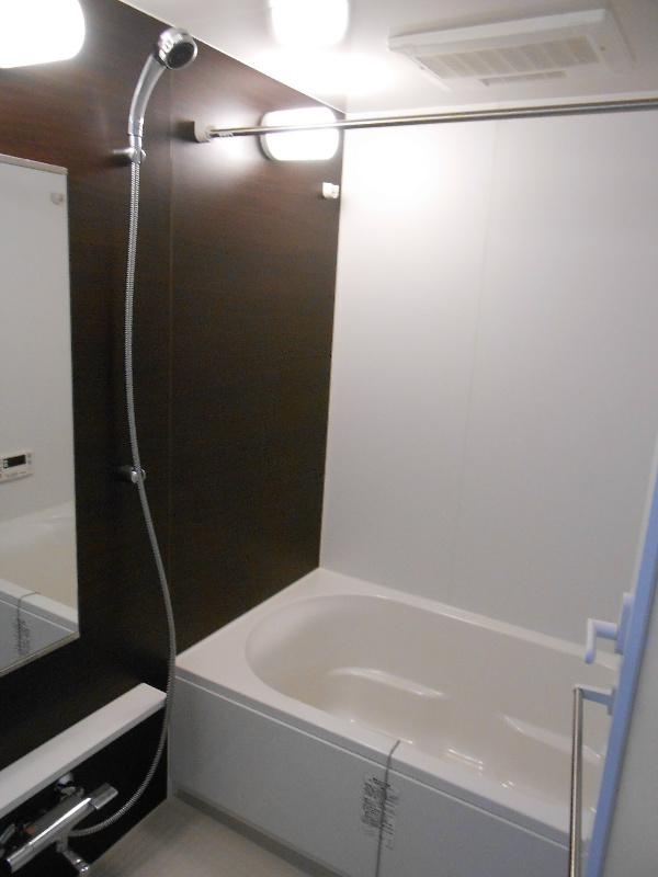 大きな鏡に、浴室換気も、機能性のある浴室です。