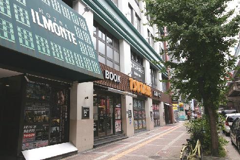 ショッピング施設:TSUTAYA 梅田堂山店 472m