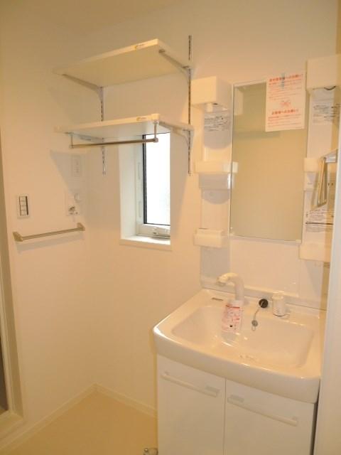 収納棚がうれしい室内洗濯機置き場です