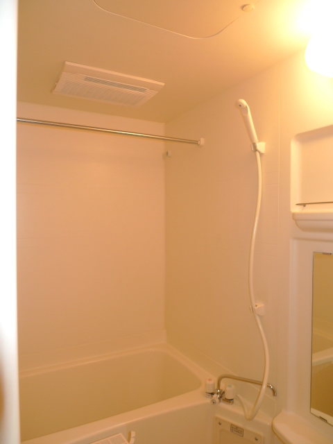 シンプルだけど落ち着く空間のバスルームです