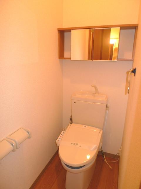 タオル掛けと収納がうれしいトイレです