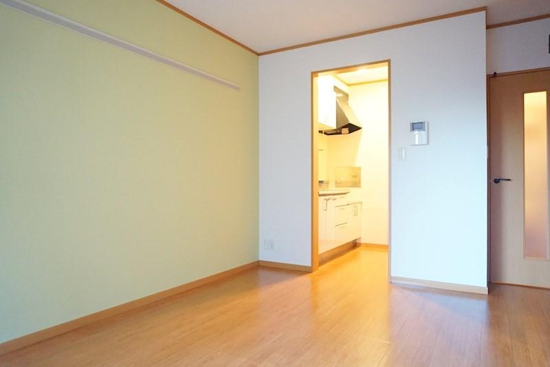 洋室はグリーンのアクセントクロスでリラックスした空間になってます。