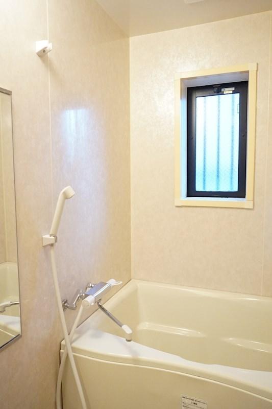 浴室には小窓があり換気もバッチリです。