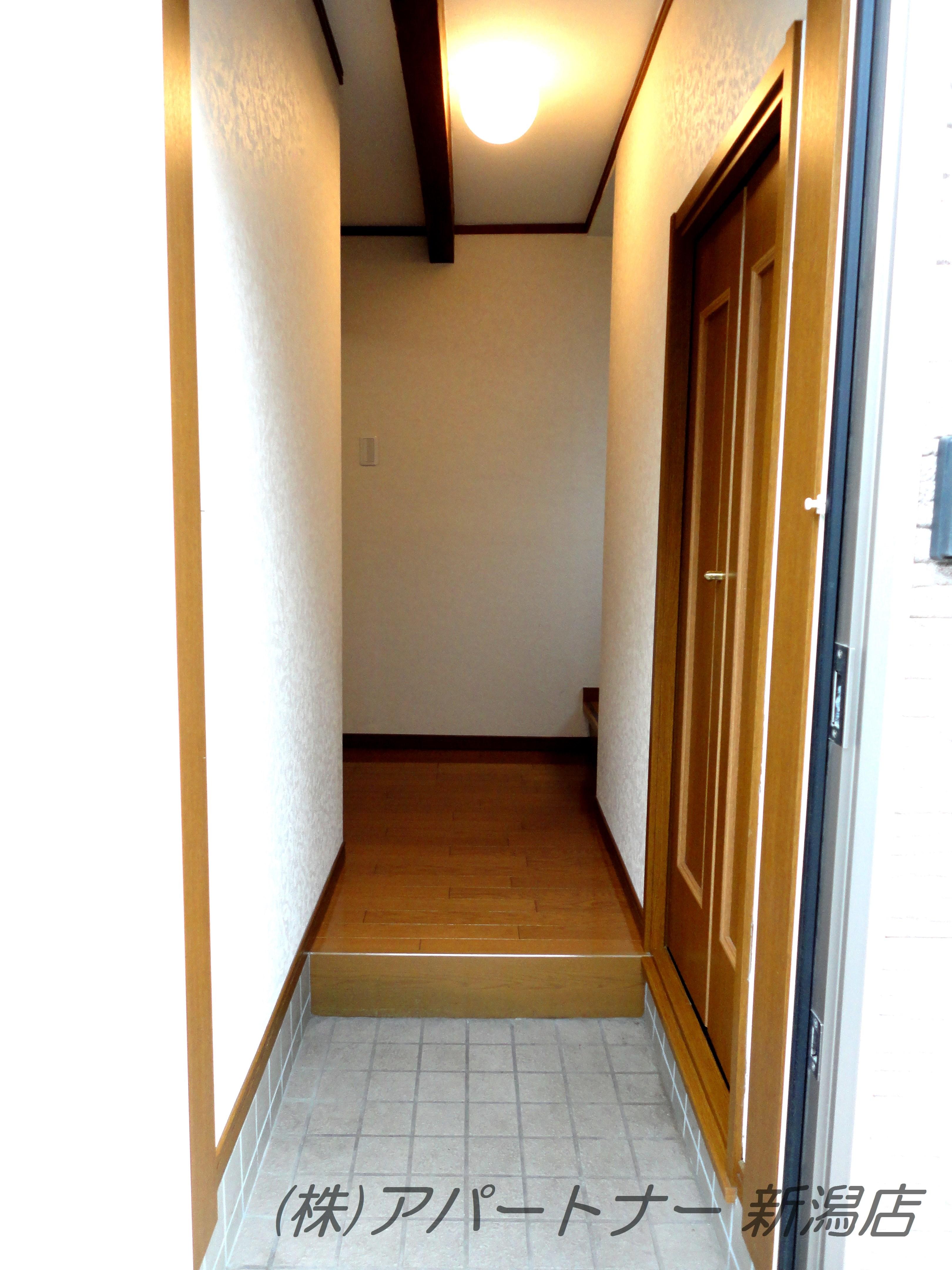 玄関右側にたっぷり入る収納スペースがあります。