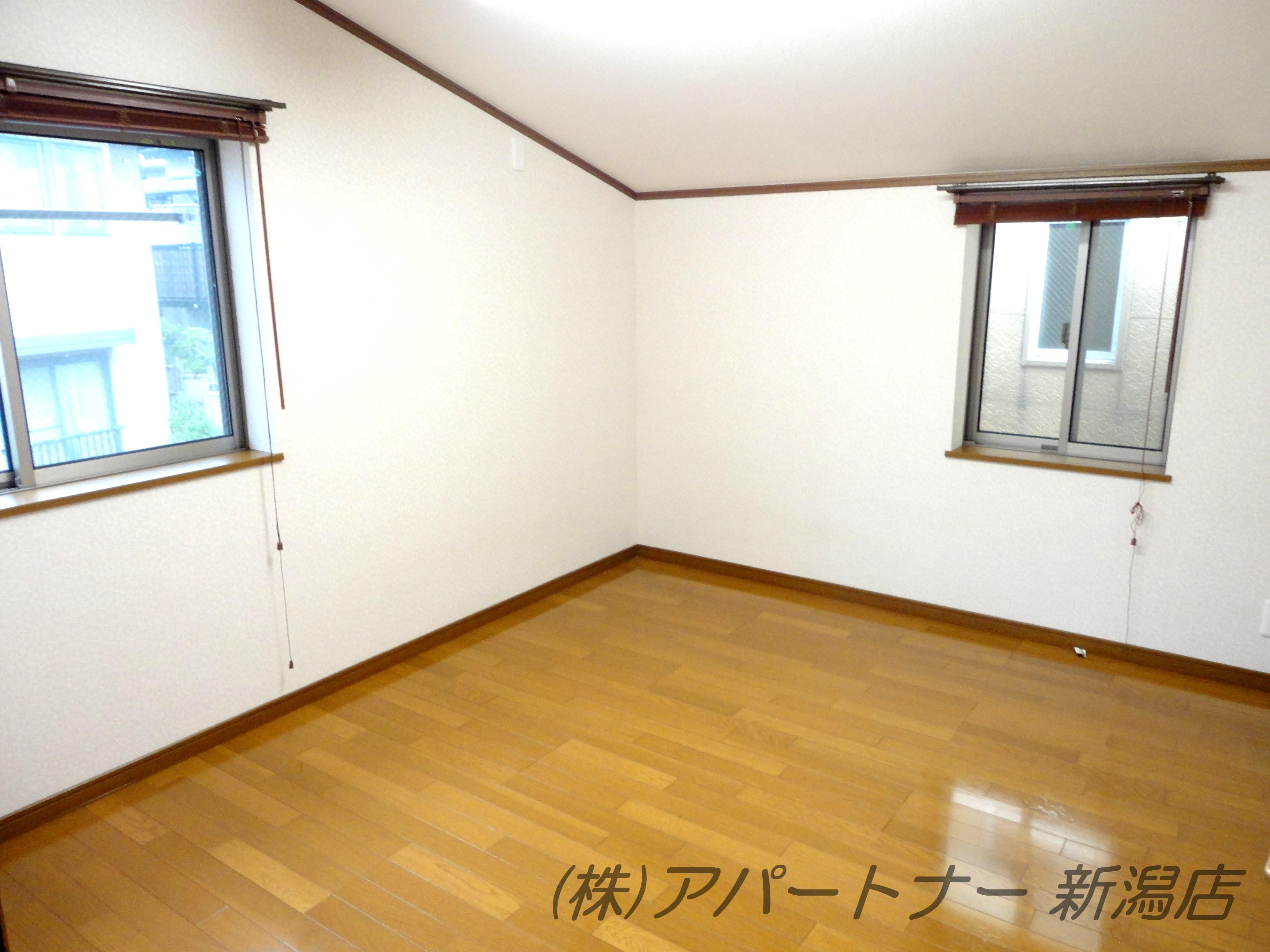 2階洋室6帖。天井が少し斜めになっています。