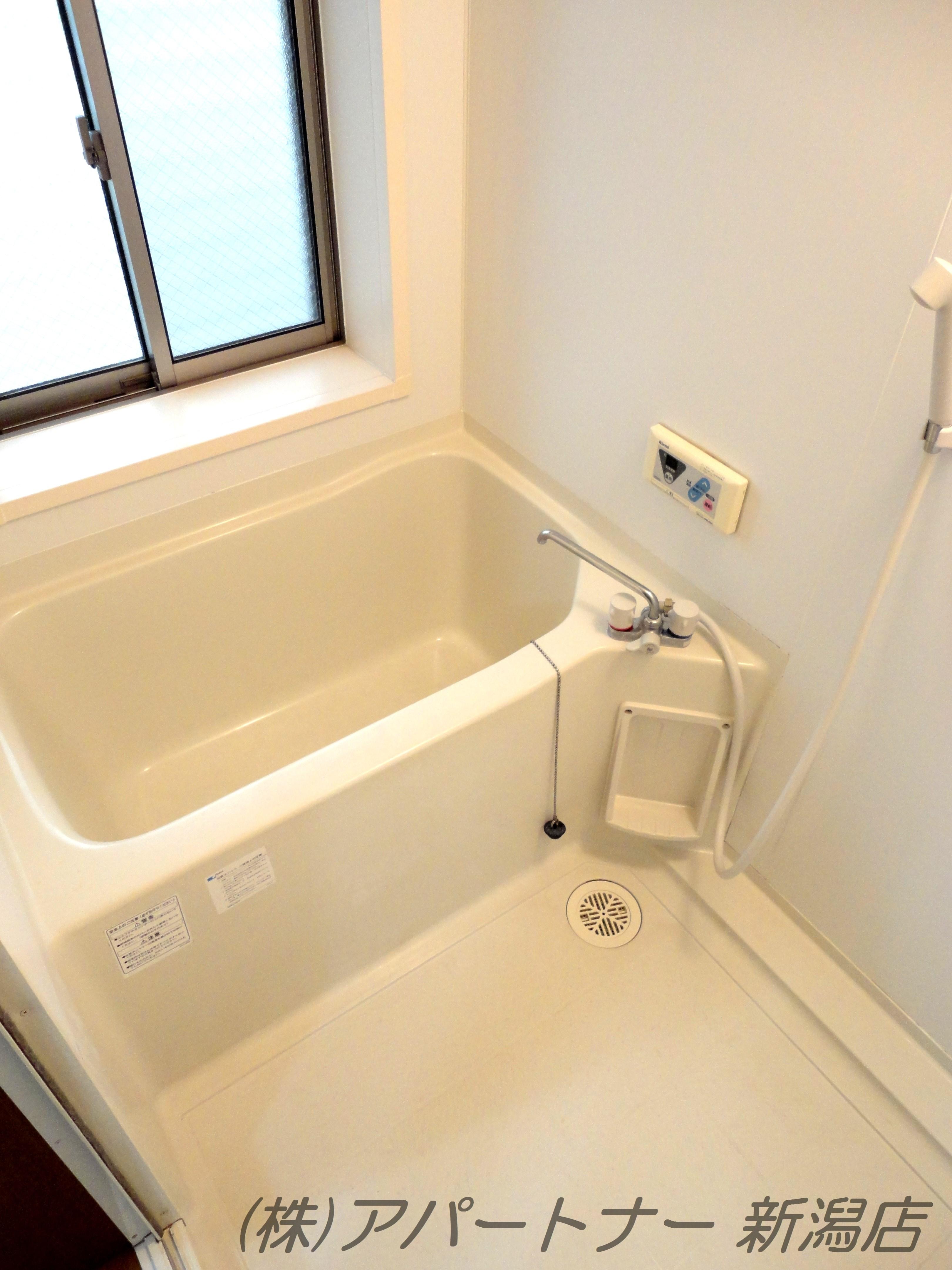 お風呂は2階になります。窓があります。