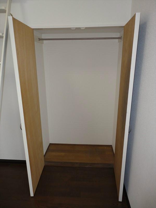 お部屋内のクローゼットが大きめですので、コート等のアウター類でしたら数点かける事が可能です。