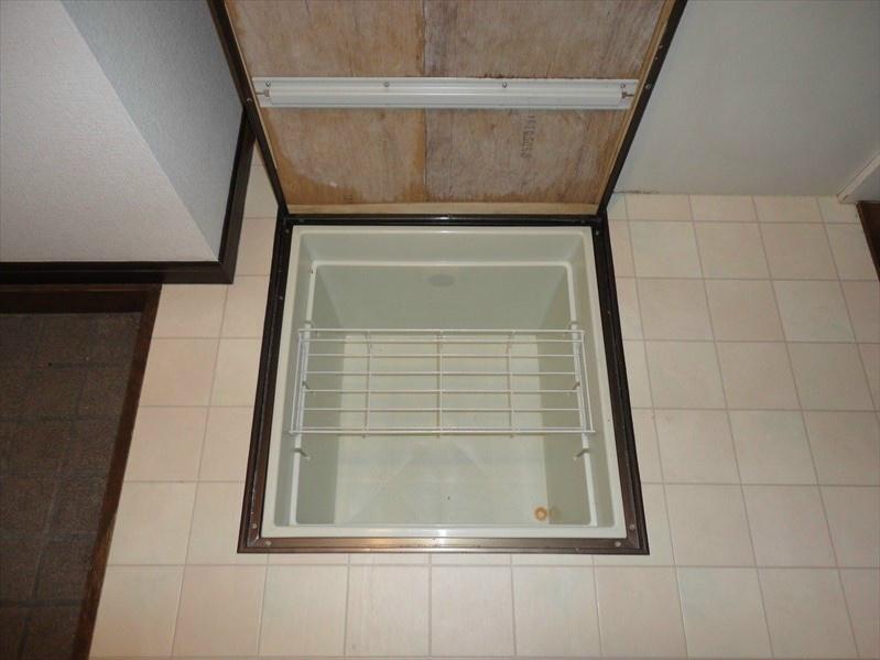 キッチン床に便利な床下収納がございますので、収納スペースは豊富です。