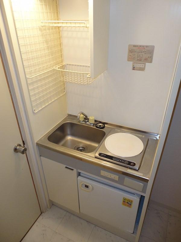 IHコンロ(1口)、1ドア冷蔵庫完備。