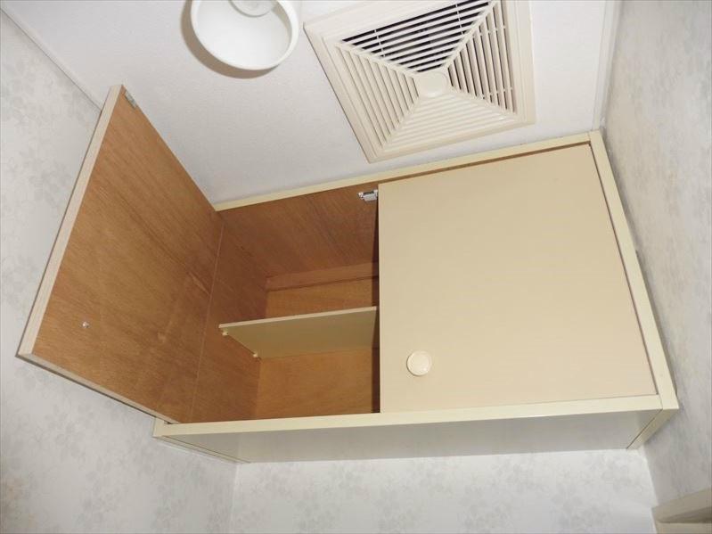 トイレの上部には収納スペースがあります。