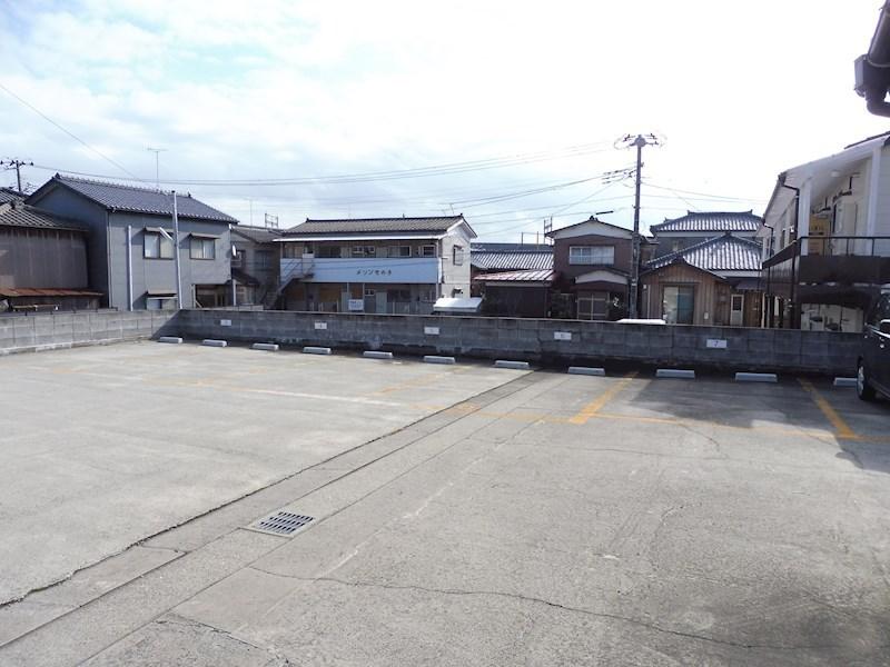 建物裏側の三条小須戸線沿い。6000円(軽)~7000円(普)