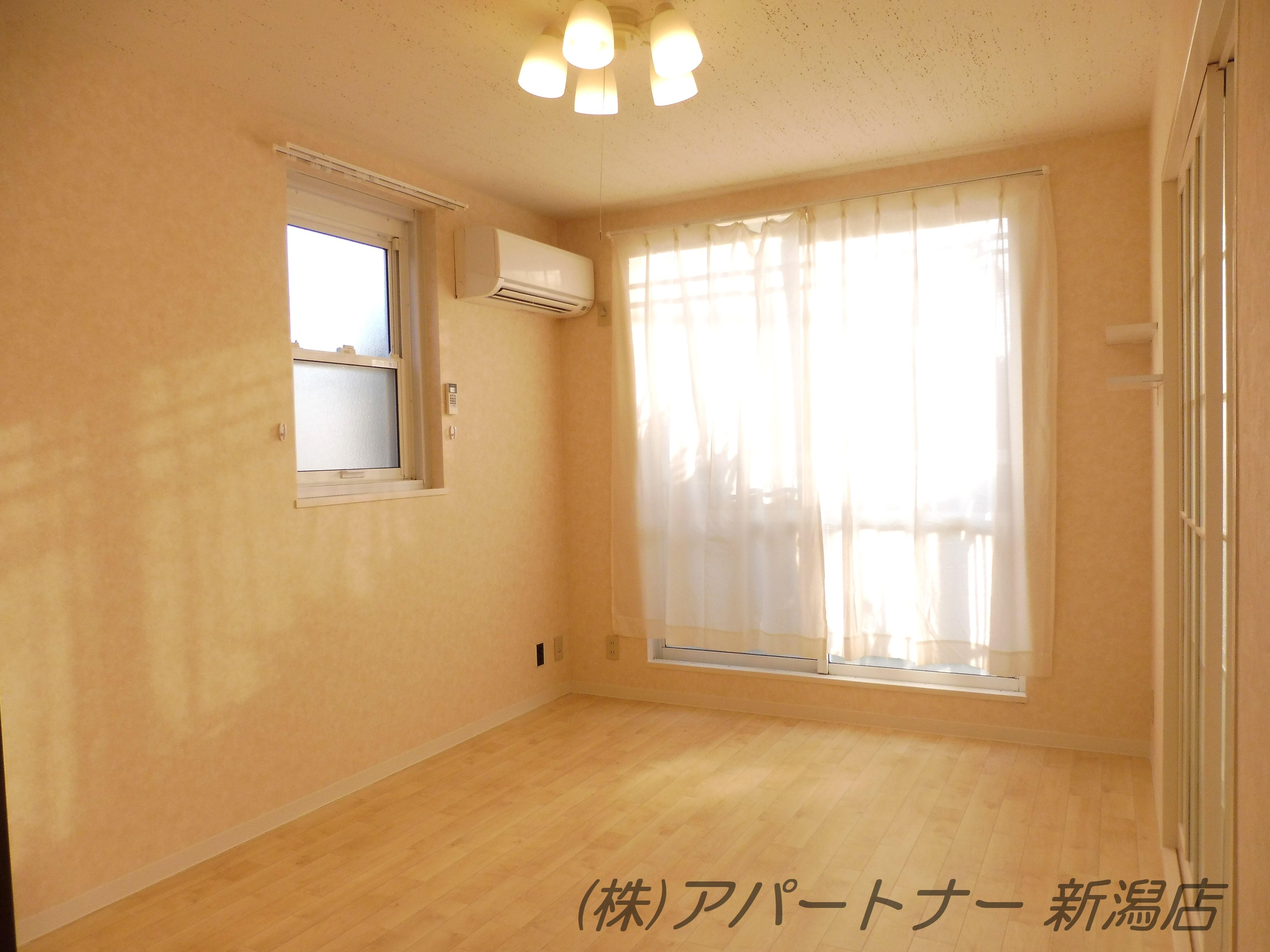 洋室6帖 西側のベランお部屋です。暖色の壁紙で温かみのあるお部屋になりました。