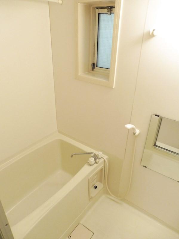 浴室乾燥が使えます。窓もあるので換気もしやすいです。