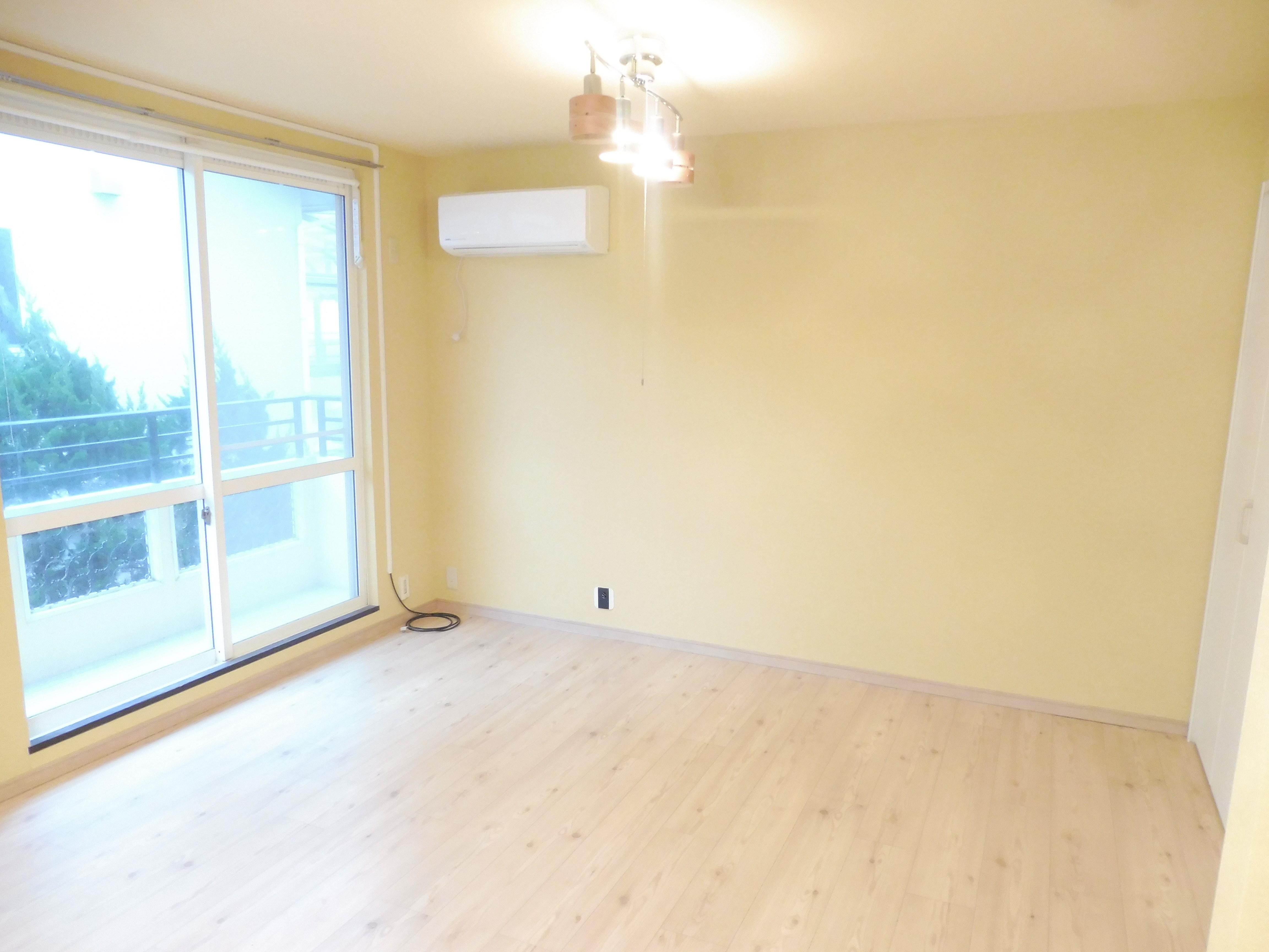 暖色系のクロスで落ち着くお部屋になりました。