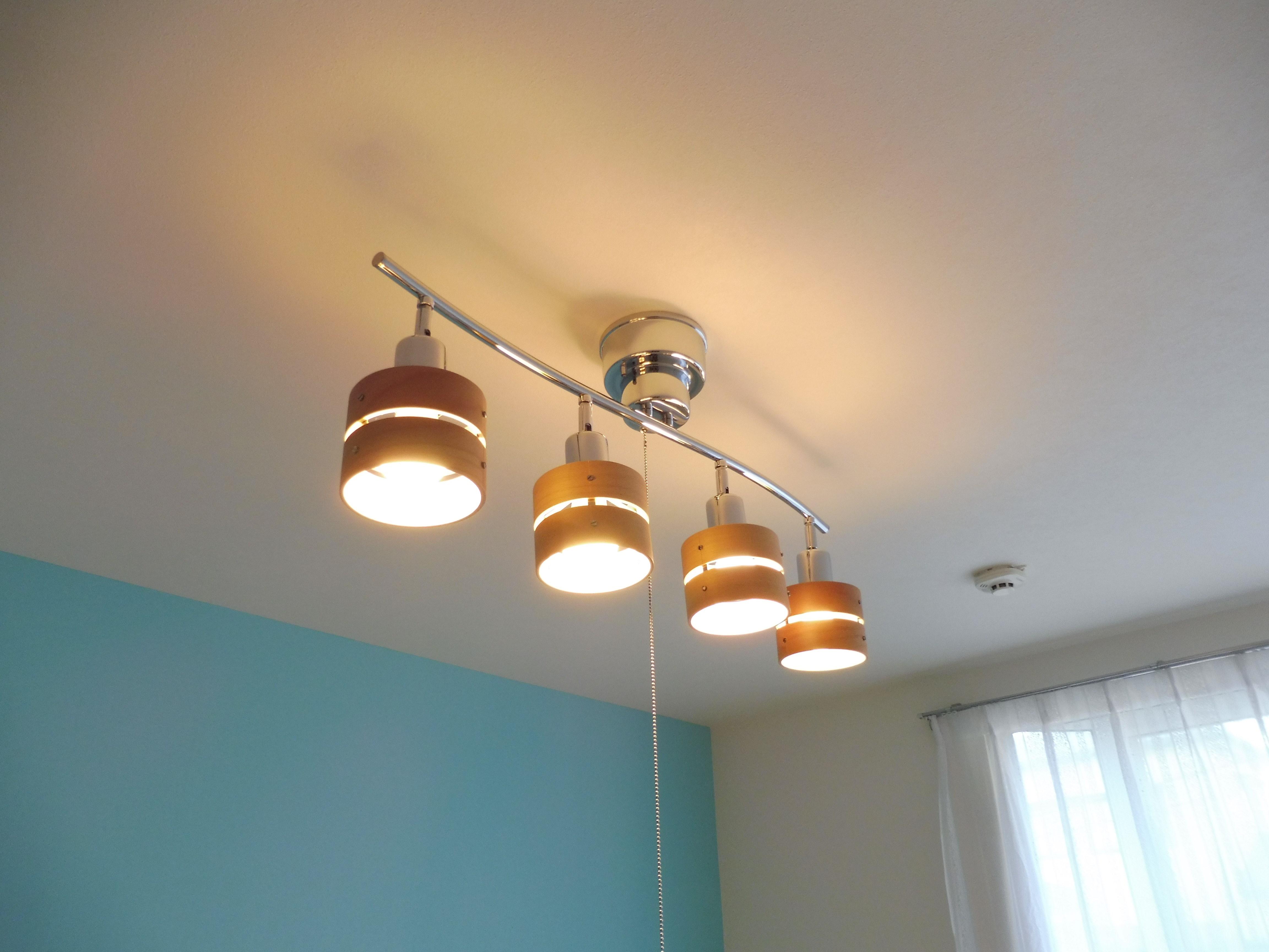 洋室6帖 おしゃれな照明を取り付けました。