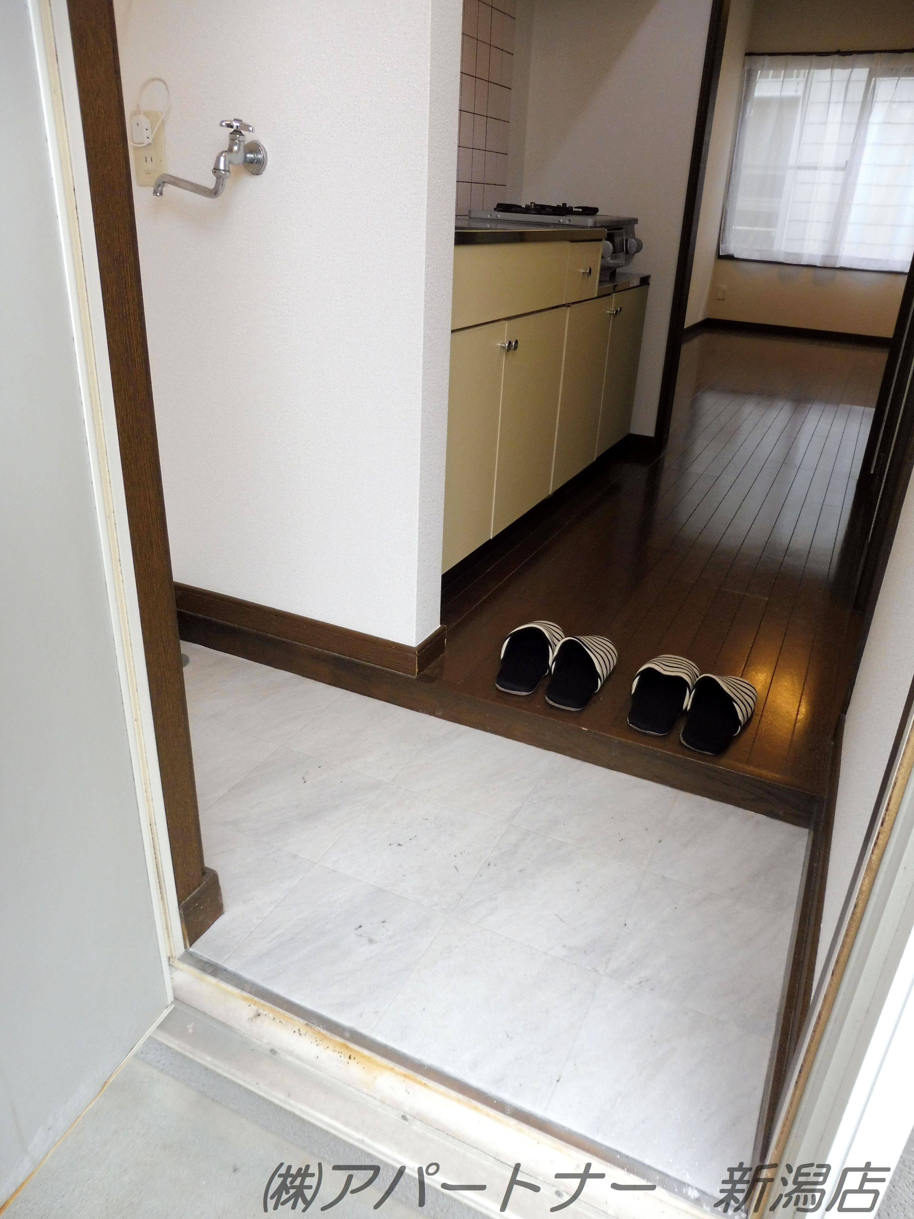 玄関の左側に洗濯機置場があります。