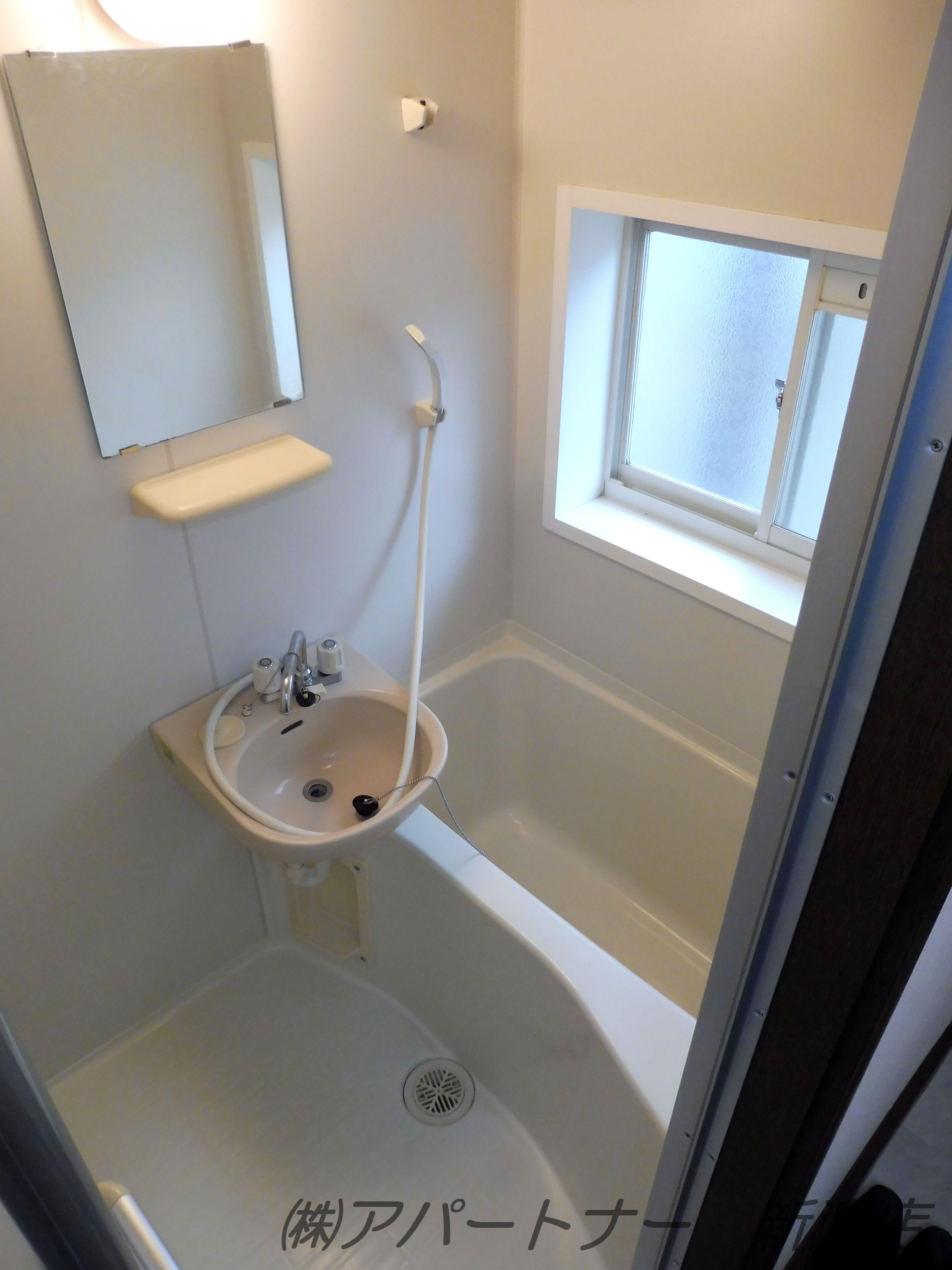 お風呂は窓があるので昼間は明るく、換気もできます。
