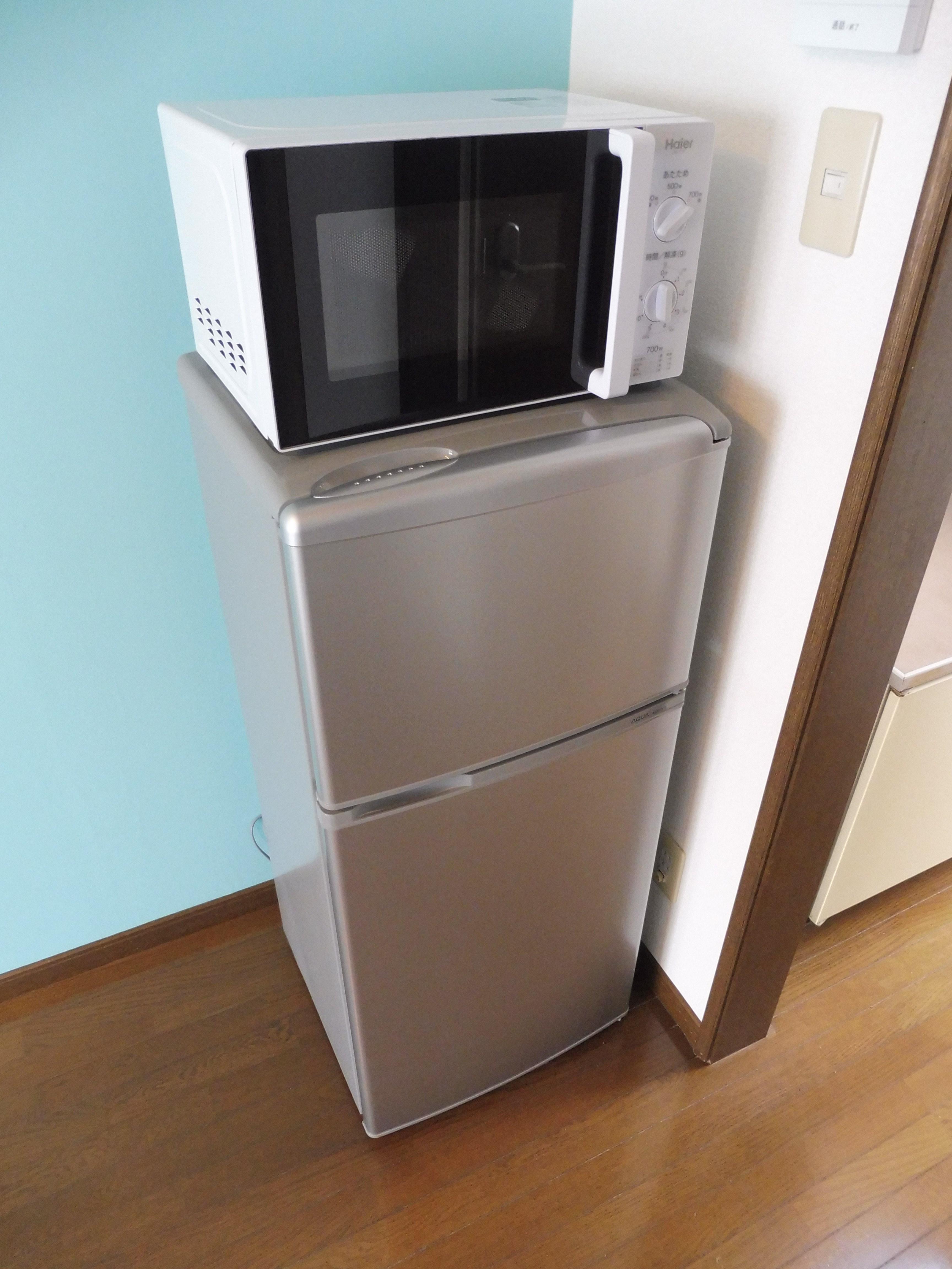 冷蔵庫、洗濯機、電子レンジ、TV、TV台mテーブル、ラグ、カーテンを設置致します(残置物扱い)。