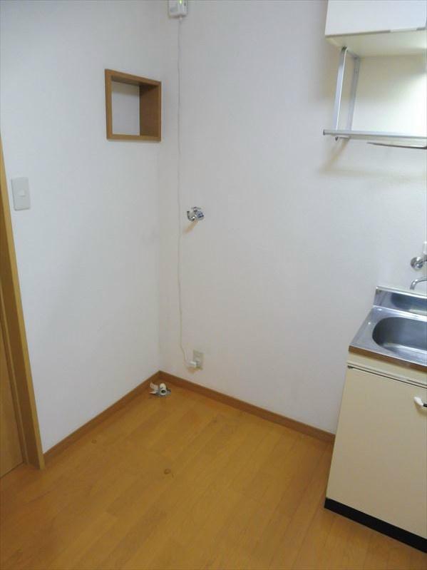 キッチン脇に冷蔵庫・洗濯機を設置致します。