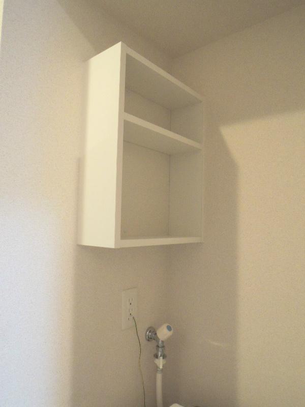 洗濯機の上部には収納棚が付いています
