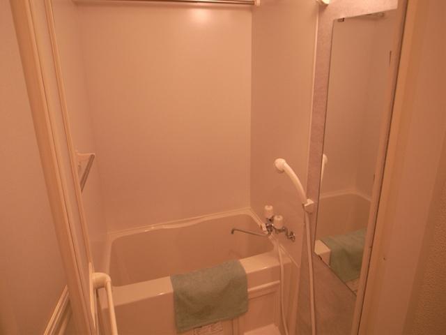 浴室乾燥機・鏡・シャワー完備のバスルーム。 清潔感漂う空間になってます。