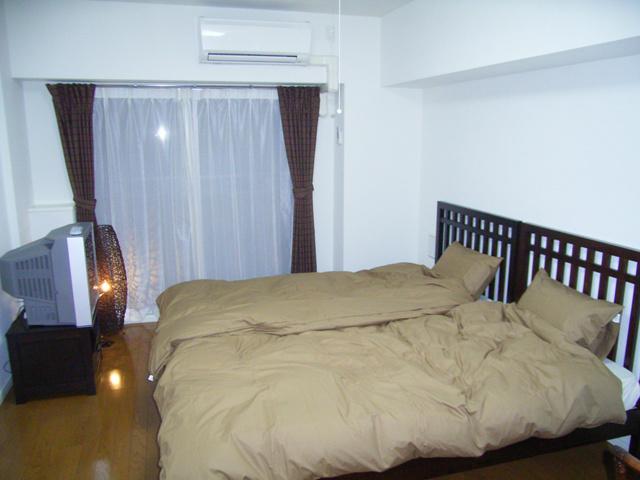 ベットのあるゆったりとしたお部屋。エアコン完備で年中快適空間。