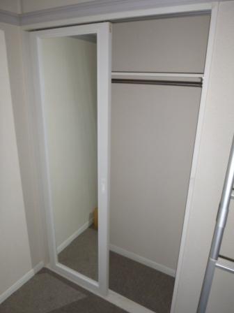 別号室の写真です。号室によりフローリングとカーペットがございます。