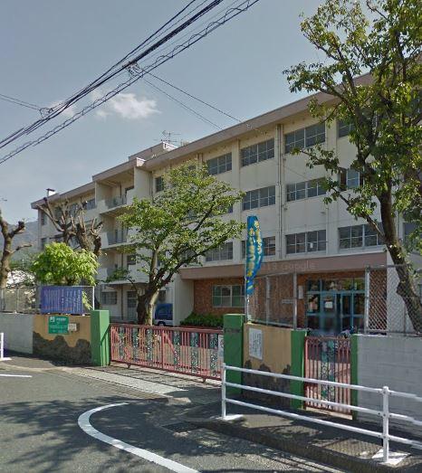 小学校:北九州市立足立小学校 437m