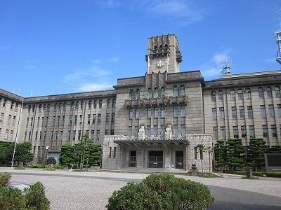 役所:京都市役所前では、月1回フリーマーケットが開かれ賑わいます。 451m