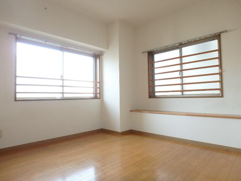 窓が多いお部屋です