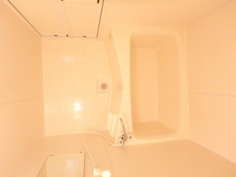 白を基調とした清潔感のある浴室です