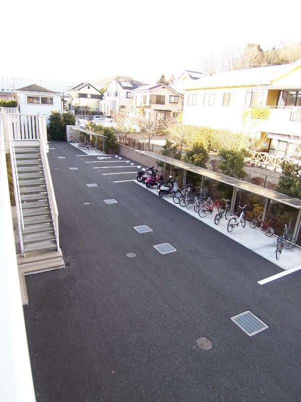 2階から駐車場スペース、駐輪スペース撮りました。