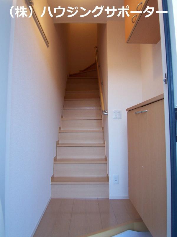 玄関。開けるとホールで階段があります!左手シューズボックスです