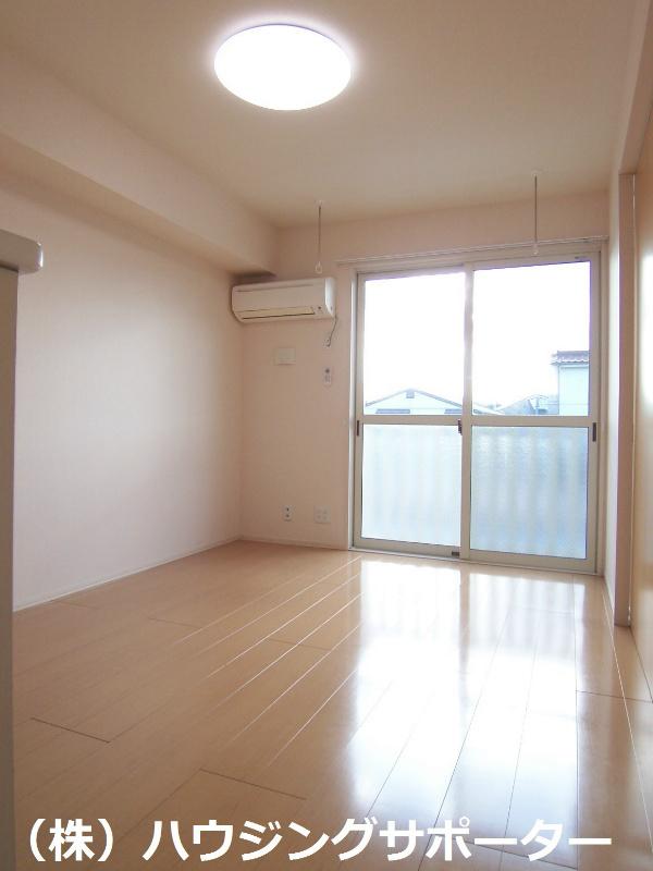 リビング。床も建具も明るめの色合いです!