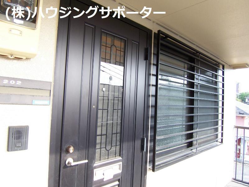 玄関わきにはDKの大きな窓があります!