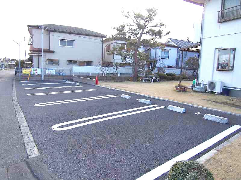 土手沿いに駐車場あります