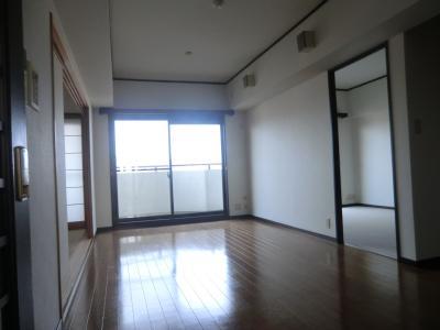 リビング 陽当たりの良い空間で快適 同物件別部屋写真。
