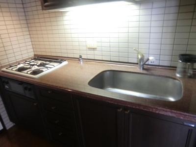 システムキッチン ひろびろとしたスペースを確保 同物件別部屋写真。