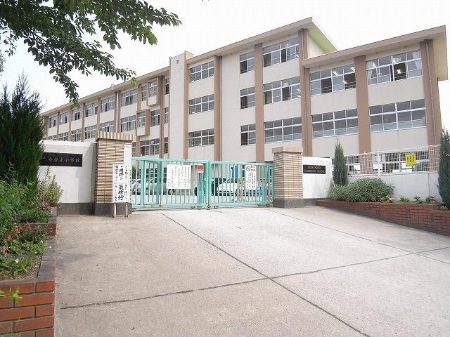 小学校:福岡市立香椎東小学校 709m