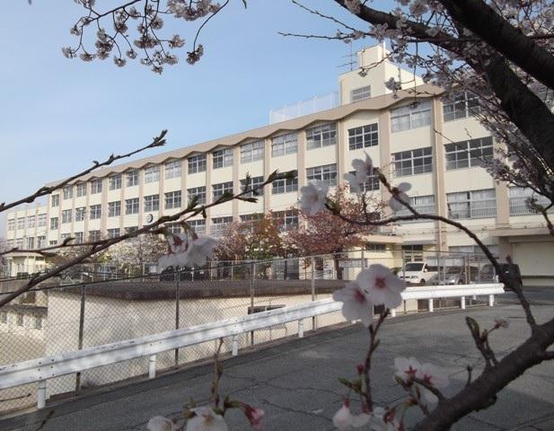中学校:福岡市立香椎第三中学校 2172m
